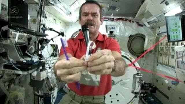 Como os astronautas escovam os dentes