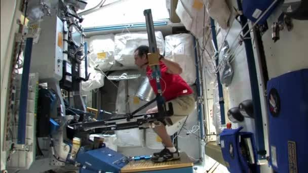 Os astronautas precisam fazer exercícios diariamente