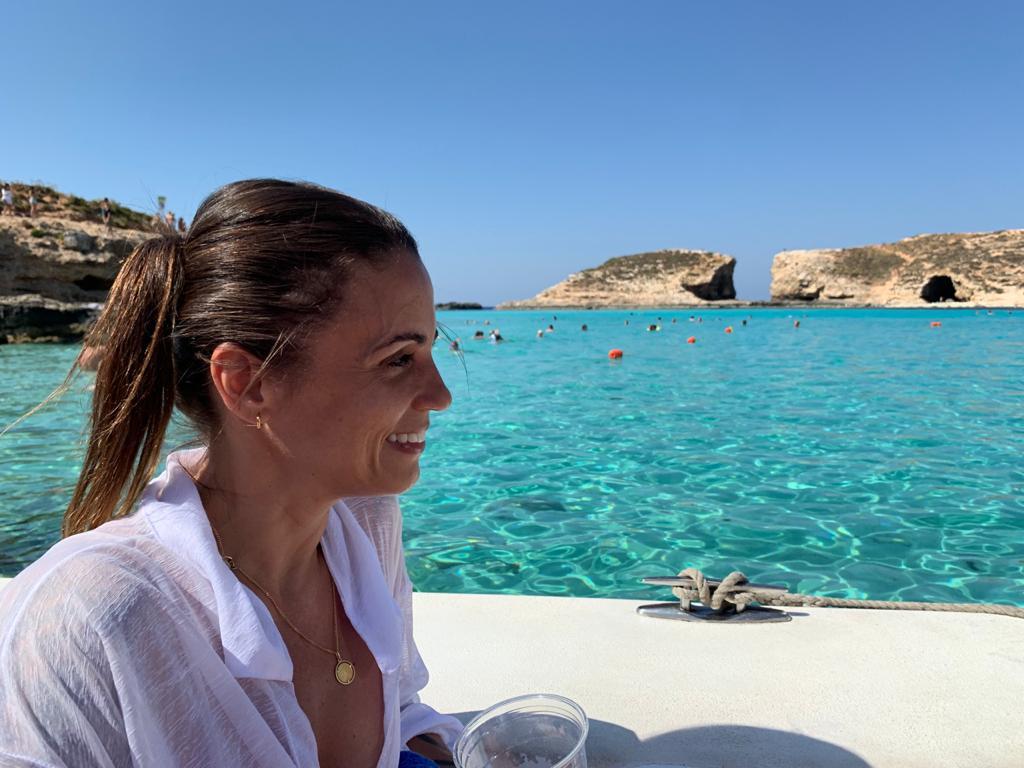"""Com sucesso de """"Beijo de Borboleta"""", a autora premiada revela detalhes de """"Os Outros"""", próximo suspense policial com Joanna Guivel."""